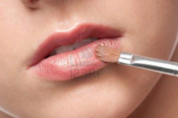 11286121-close-up-cara-de-mujer-joven-belleza-labios-maquillaje-zona